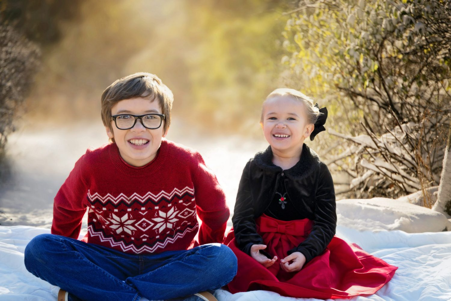 kids-on-snowy-tree-backdrop-with-blanket